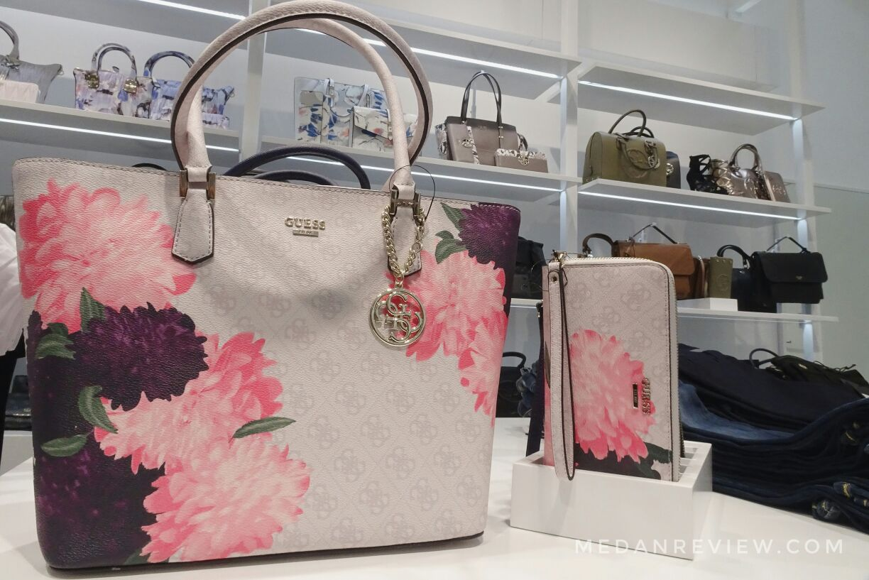 Tas Dengan Motif Bunga Berwarna Pastel di Koleksi Holiday GUESS Accessories Mall Centre Point Medan