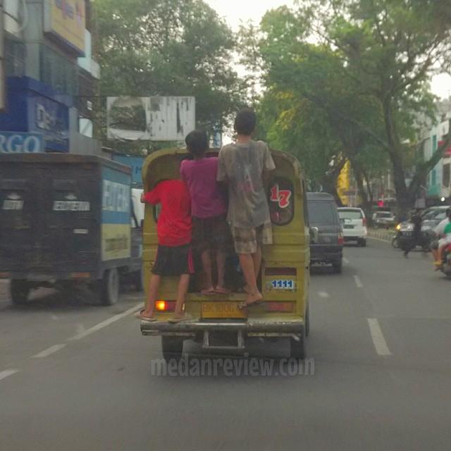 Aksi Ekstrim Anak Medan di Angkot