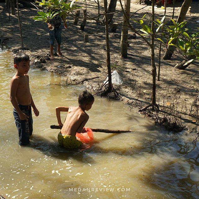 Anak-Anak Pencari Kepiting, Wisata Mangrove, Kampoeng Nipah - Perbaungan, Serdang Bedagai