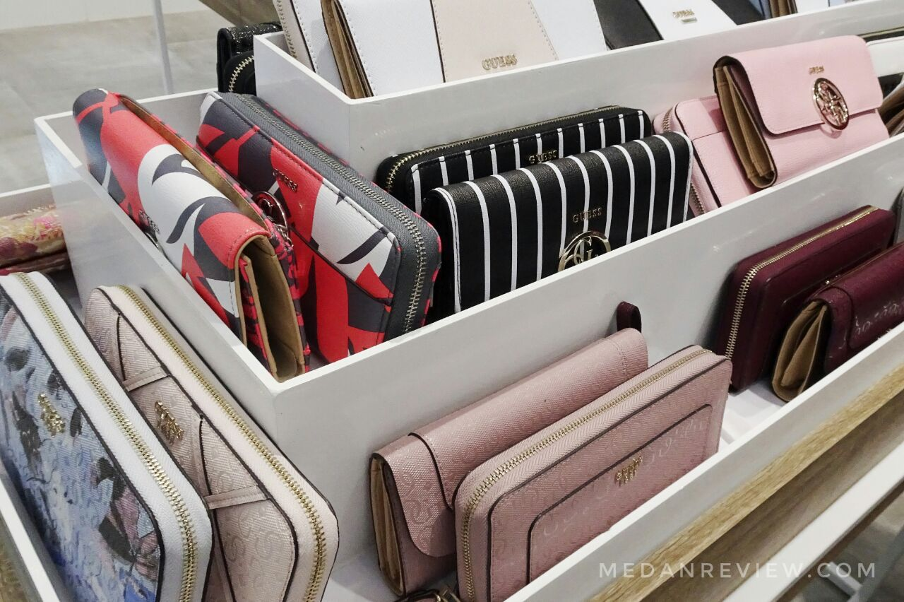 Aneka Dompet dan Organizer di Koleksi Holiday GUESS Accessories Mall Centre Point Medan