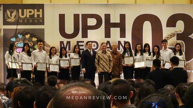 Wajah bahagia mahasiswa angkatan 2016 yang menerima beasiswa dari Universitas Pelita Harapan Medan