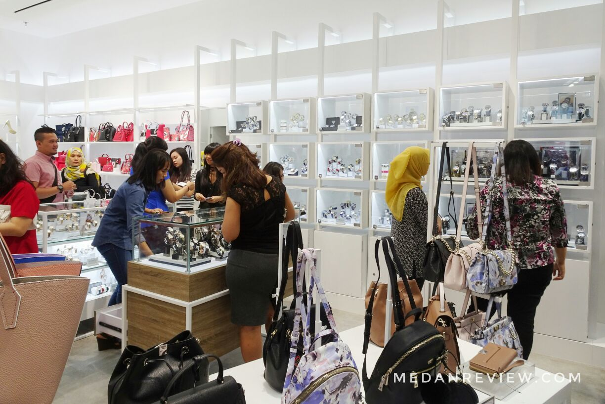 Pengunjung di Toko GUESS Accessories, Mall Centre Point Medan