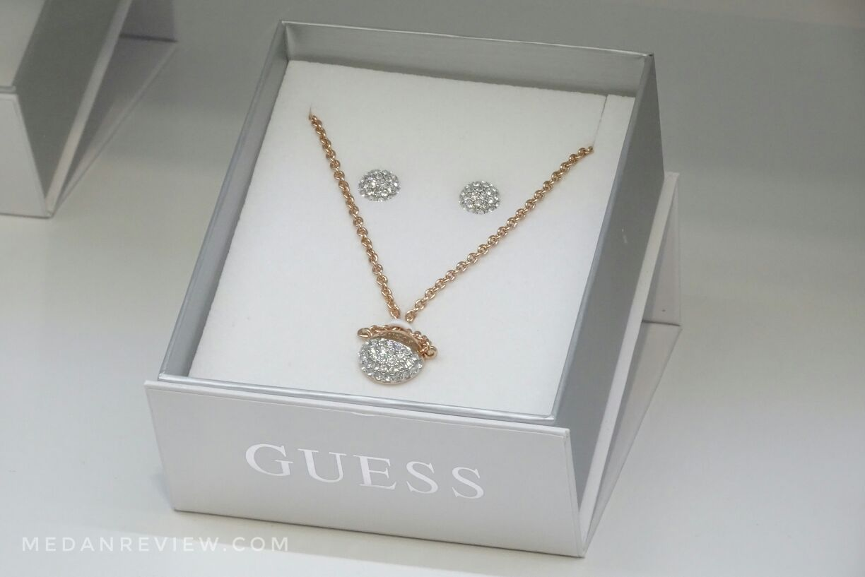 Rantai Menawan di GUESS Accessories Mall Centre Point Medan